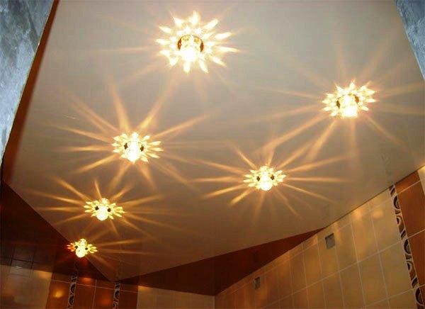 У натяжну стелю без проблем монтуються будь-які освітлювальні прилади
