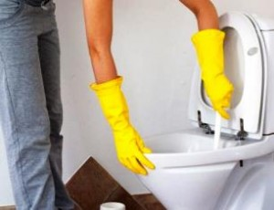 Займаючись чисткою унітазу, щей за допомогою хімічних речовин - завжди слід використовувати засоби захисту!