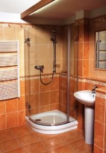 Приклад облаштування кутової душової кабіни відкритого пипу з піддоном