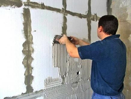 Простим, але ефективним способом утеплення стін є обклеювання їх плитами пінопласту.
