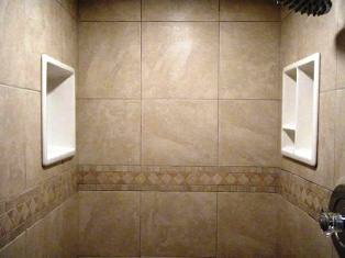 Стіни душової кабінки можна викласти плиткою, попередньо провівши їх гідроізоляцію
