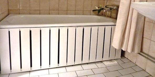 Екран для ванної, виготовлений з пластикової вагонки