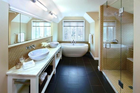 Класичним варіантом розкладки плитки у ванній кімнаті вважається світлий верх і темний низ