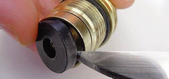 Причиною гулу у водопровідних трубах може стати і невелика несправність у змішувачі - зносилася прокладка на кран-буксі старого зразка.