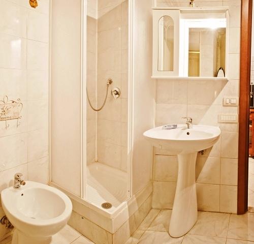 Кахельна плитка пастельного кольору, без великих візерунків і малюнків допоможе візуально збільшити розмір невеликої ванної кімнати
