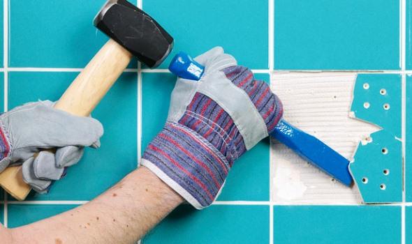 Для демонтажу однієї плитки - просвердлимо у ній кілька отворів діаметром 5-7 мм, один з яких має бути обов'язково в центрі перетину діагоналей