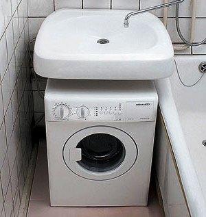 Найбільш оптимальне місце для розміщення пральної машинки у маленькій ванній - під раковиною