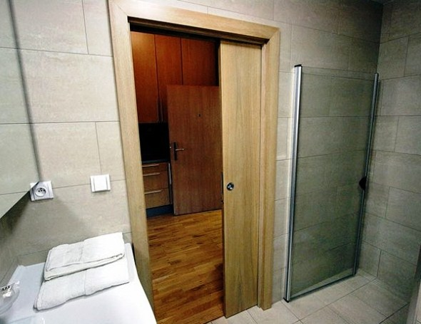 Використання розсувних чи зсувних дверей, допоможе зекономити вільний простір