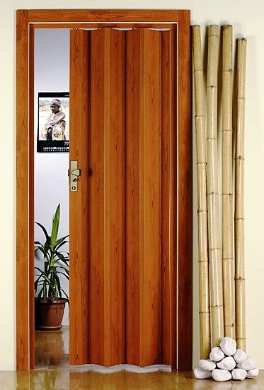 Складні пластикові двері у ванну кімнату займають порівняно мало місця у відкритому положенні