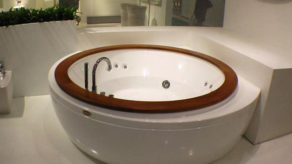 Джакузі круглої форми - досить оригінально дивиться у великих ванних кімнатах