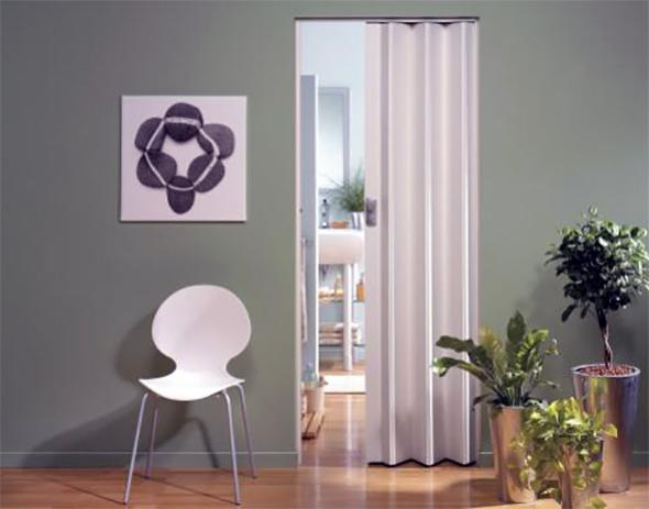 Двері гармошка являють собою набір окремих секцій скріплених за допомогою поворотних куліс.