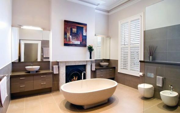 Хорошим варіантом і дизайнерським ходом буде монтаж ванни з відступом від стіни або взагалі по центру