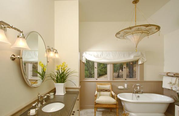 Правильно підібране і спрямоване освітлення може повністю перетворити дизайн великої ванної кімнати і принести їй індивідуальність.