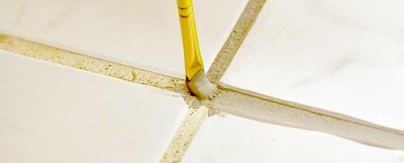 Нанесіть тонкий шар нового розчину затирки - це допоможе замаскувати на певний час бруд, що ще не сильно в'ївся