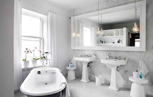 Дзеркало у ванній з вікном дає змогу розподіляти сонячні промені по всій кімнаті