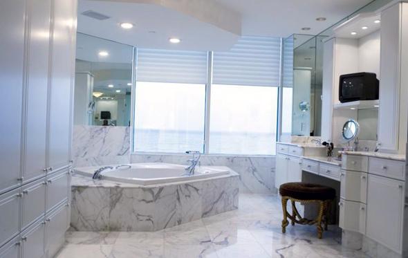 Однією з переваг ванних кімнат з вікном є проникнення денного світла