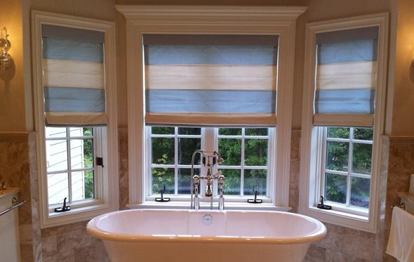 Для вікна у ванній можна використовувати як жалюзі так і гардини, або звичайні шторки