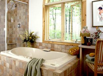 Дизайн ванної кімнати з вікном