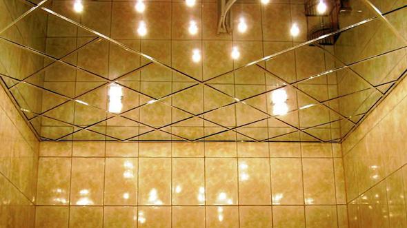 Кращим рішенням для стелі в маленькій ванній буде її побілка, фарбування у світлі тони або створення конструкції з пластикових панелей.