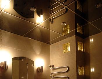 Дзеркальна стеля у ванній: переваги та недоліки