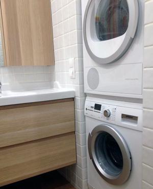 Сушильна машина у маленькій ванній кімнаті