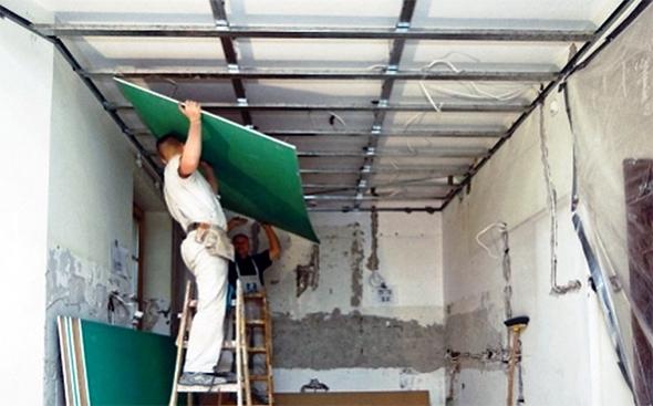 Процес спорудження стелі з гіпсокартону у ванній кімнаті