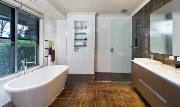 Якщо ванна кімната в квартирі або будинку простора, то для вибору форми і розміру ванни практично немає обмежень. Крім того, встановити цей предмет сантехніки можна в будь-якому місці приміщення.