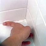 Замазка щілини між ванною та стіною затиркою