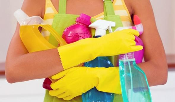 Вирішення питання догляду за акриловою ванною слід розпочинати з правильного підбору засобів, призначених для делікатного очищення поверхні.