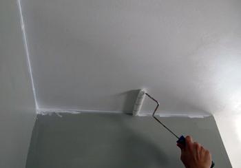 Побілка стін і стелі у ванній кімнаті – бюджетний варіант ремонту