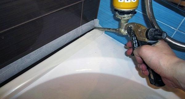 Обов'язково слід заклеїти стіни та ванну малярським скотчем, та залити щілину між стіною та ванною силіконовим герметиком