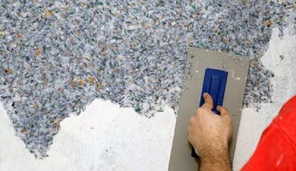 Нанесіть трохи суміші на тертку і зворотно-поступальними рухами рівномірно розподіліть по стіні шар товщиною 1-2 мм.