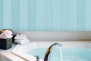 Особливості застосування рідких шпалер у ванній кімнаті