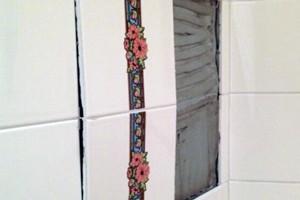 Чому з часом відвалюється плитка у ванній кімнаті
