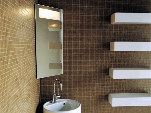Кутові дзеркала також дуже компактні. Вони здатні візуально розширити простір і виглядають досить оригінально.