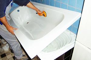 Акрилова вставка у ванну: переваги та недоліки, особливості вибору та монтажу