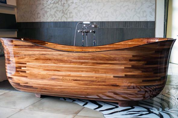 Найчастіше ванна з дерева навіть виступає композиційним центром всього інтер'єру