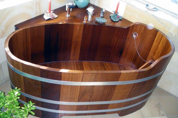 Дерев'яні ванни можуть мати найрізноманітніші форми, чималою популярністю користуються прямокутні з вбудованим ложем, так як вони мають досить оригінальний вигляд.