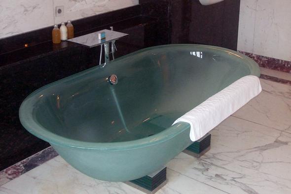 У виготовленні скляної ванни застосовується спеціальне двошарове скло високої міцності, тому розбити такий виріб практично неможливо. Дивовижне поєднання витонченої легкості і невагомості і широких можливостей дизайнерських рішень об'єднує в собі ванна зі скла.