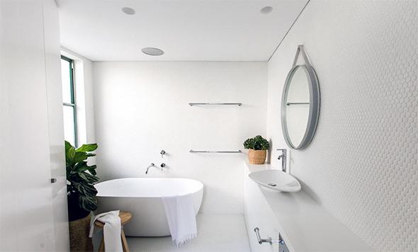 Ванна кімната в білому кольорі - чиста класика, особливий шик, і, вже точно, приміщення для працьовитої господині