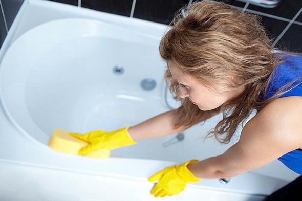 Гладка поверхня акрилу чи емалі  добре очищається м'якою губкою, після чого ванну потрібно висушити, протерши сухою ганчіркою